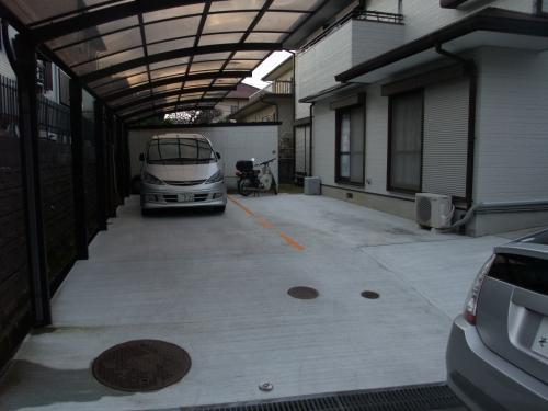 河内長野市 リフォーム 堺市 新協建設工業 広くなったガレージも完成です。自動車の横には車椅子でも十分通ることのできるスペースとスロープができています。自動車を2台停めても余裕が残るほど広々としていますね。