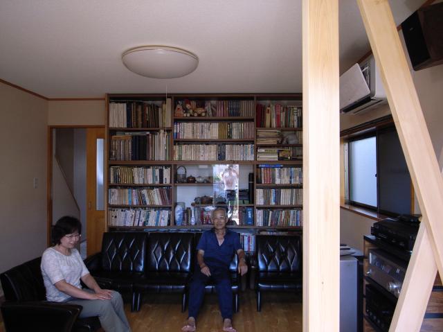大阪府高石市 完成後のF様 天井のライトを消しても陽の光がたっぷりとはいるので、昼間なら電気は全く必要ありません。うしろの本棚にはたくさんの本が収納されていますが、高石市こちらのお部屋なら読書もゆったりできますね。