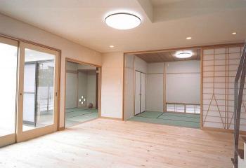 リビングからつながる2つの和室、天井まである背の高い障子はモダンなデザインで現代和室に。地窓から入るやさしい光と風