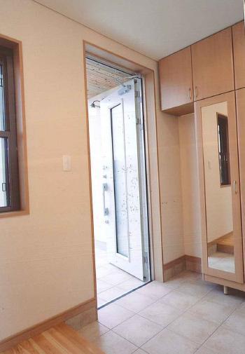 玄関は、シンプルカジュアルな収納ですっきり。