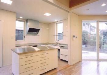 堺市 キッチンも白を基調とし、明るく清潔な印象に仕上がりました。大容量の収納のあるキッチンには奥様も大喜びです。お料理するのが楽しくなりますね。リビングへにも面しているので、ご家族やお客様とおしゃべりしながらのお料理なども可能です。