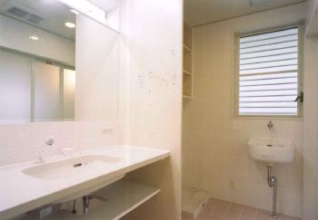 堺市 オリジナルの作りつけカウンター洗面台です。こだわりの内装は白で統一されています。とてもおしゃれなお家でだれもがうらやましく感じてしまうお家ですね。