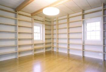 堺市 ご主人の趣味の本がすべて収納できるよう壁一面本棚を設置。2階テラスに面したお気に入りの部屋です。明るいお部屋ですので、休日には本を読みながらゆっくりお過ごしいただけることでしょう。堺市