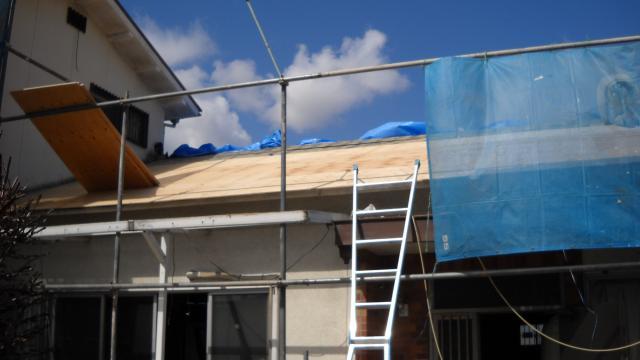 大阪府河内長野市 リフォーム 今回は屋根もリフォームしています。足場を組み、古い屋根をとりはずしています。