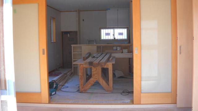大阪府河内長野市 リフォーム 全面 お部屋の中には作業時の木の柱が置かれています。床もまだできていいませんが、これからこちらのお部屋がどのように生まれ変わるのか期待です!