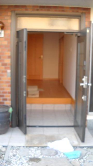 大阪府河内長野市 リフォーム 玄関 ここちらはすこしぼやけてしまっていますが玄関のお写真です。 両開きのため、大きな家具の出し入れもスムーズに可能です。 入口が大きいため、幸せもいっぱい呼び込めそうですね。
